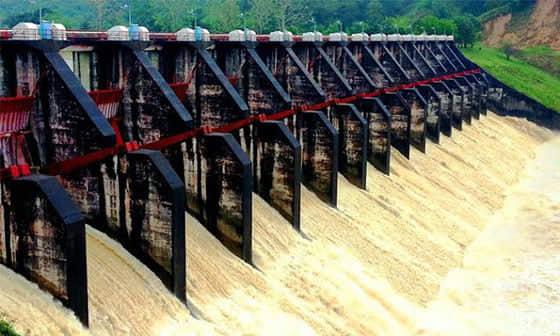 কাপ্তাই পানি বিদ্যুৎ কেন্দ্রের ১৬ টি স্পিলওয়ে খুলে দিয়ে পানি ফেলা হচ্ছে কর্ণফুলীতে