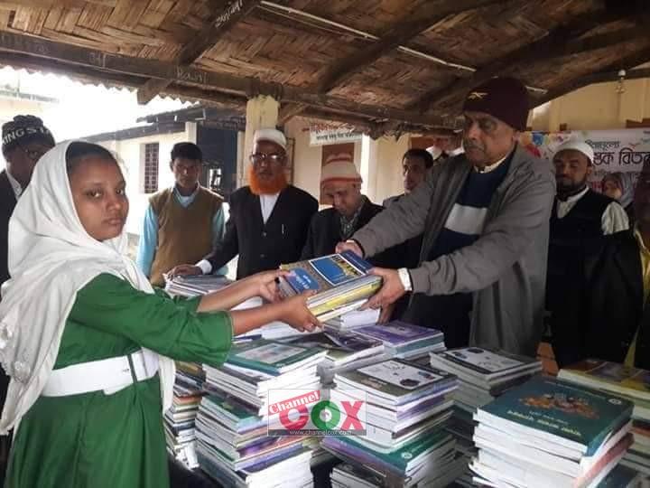ইউনুছখালী নাছির উদ্দিন উচ্চ বিদ্যালয়ে নতুন বই বিতরণ করেছেন সাবেক চেয়ারম্যান গোলাম কুদ্দুস চৌধুরী