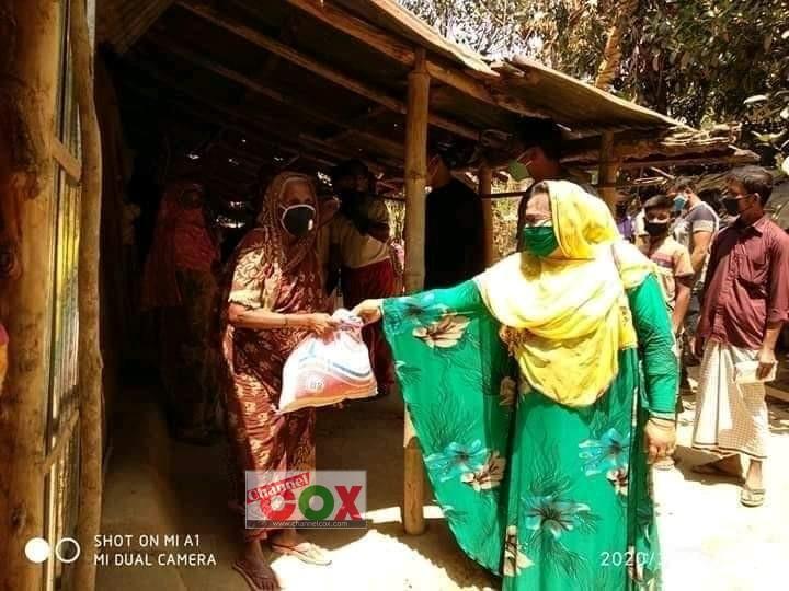হতদরিদ্রদের বাসায় খাদ্য দিচ্ছেন জেলা পরিষদ সদস্য ফাতেমা পারুল