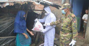 বৈরী আবহাওয়াতেও কক্সবাজারে সেনাবাহিনীর ত্রাণ বিতরণ   Channelcox.com