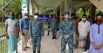 কুতুবদিয়ায় নৌবাহিনীর ত্রাণ বিতরণ অব্যাহত | ChannelCox.com