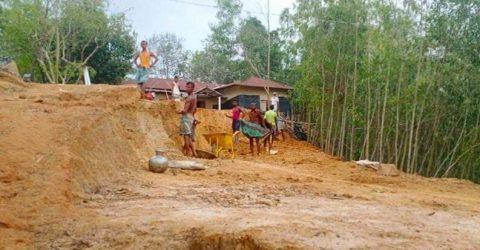 ভারুয়াখালী পাহাড় কেটে সাবাড়, বনবিট কর্মকর্তা দেখেও নীরব | ChannelCox.com