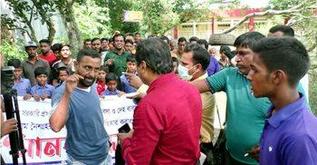 মানিকগঞ্জে মানববন্ধনে তিন সাংবাদিকদের ওপর হামলা | ChannelCox.com