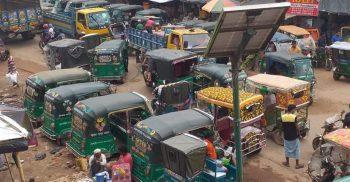 টেকনাফের হ্নীলা বাজারে রাস্তার দুই পাশের দোকান গুলোর কারণে কমছে না যানজট | ChannelCox.com