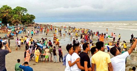 বৈরী আবহাওয়াতেও কুয়াকাটা সৈকতে পর্যটকের ভিড় | ChannelCox.com
